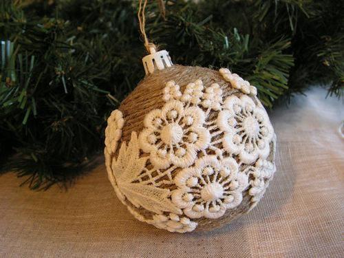 Кружево на обмотанном нитками елочном шаре