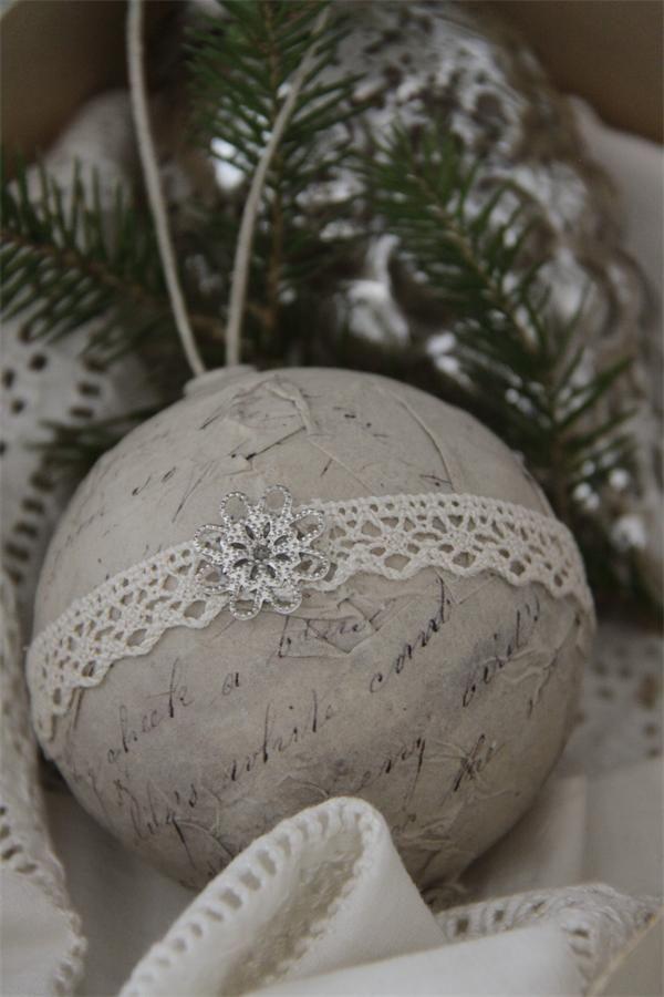 Кружево на елочном шаре, украшенном бумагой в технике декупаж