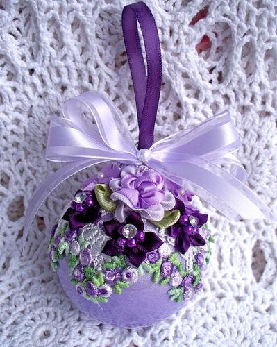 Елочный шар, украшенный в технике вышивки лентами