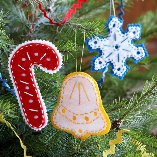 Как делать елочные игрушки своими руками: фетр, плоские игрушки - трость Санты, колокольчик, снежинка