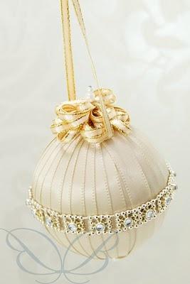 На шары можно наклеивать не только ткань, но и кружево, и ленты
