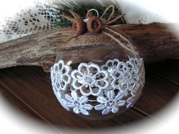 Кружево на елочном шаре посередине, натуральная веревка – обмотка – сверху