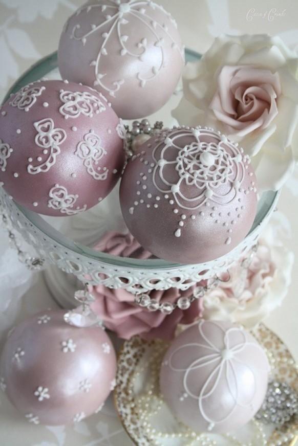 Елочные шары, разрисованные покупной объемной краской «puff paint»