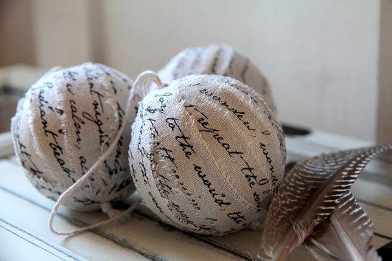 Вручную исписанные полоски мешковины, наклеенные на елочный шарик
