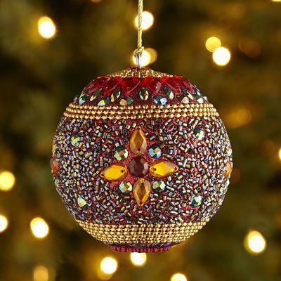 Весь орнамент на этом елочном шаре выложен на клею стеклярусом, бисером и искусственными камнями