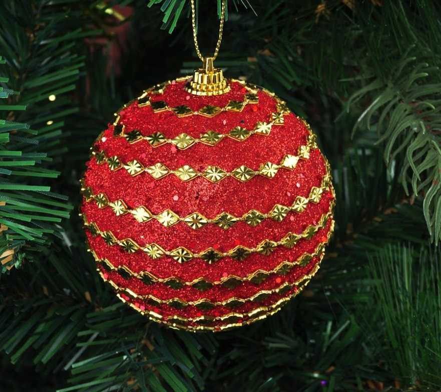 Елочная гирлянда наклеивается на елочные шары в блестках