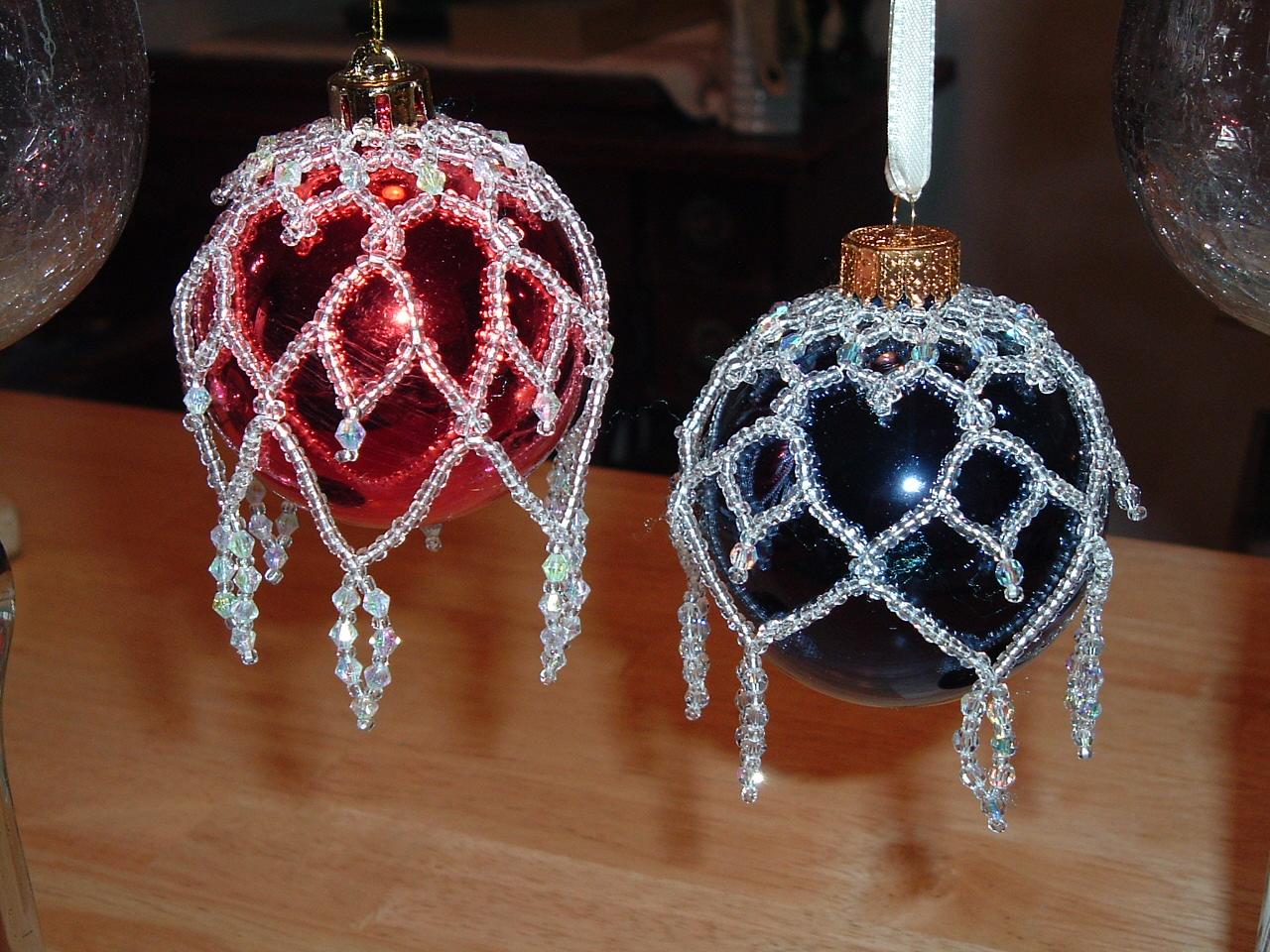 Обвязывайте елочные шары бисером и малыми бусинами на тонкой проволоке