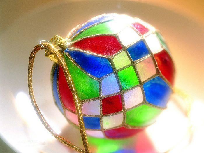 Как делать елочные игрушки своими руками: украшаем шары - витраж, декупаж цветной фольгой