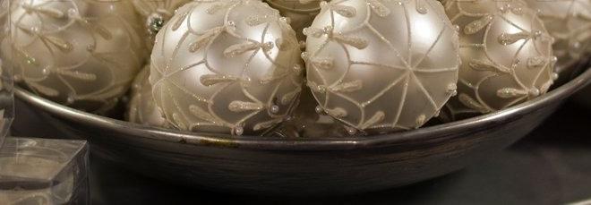 Например, здесь тонким и немного заостренным кончиком ручки, кисточки или любого аналога на пластиковый шар наносится клей – узорами, буквами, в виде какой-то формы или контура, затем на клей кладутся блестки