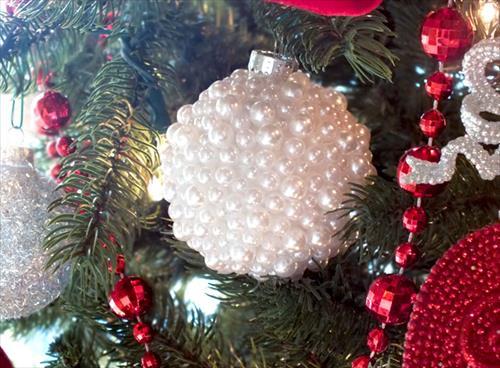 Украшаем елочные шары бусинами и искусственными камнями