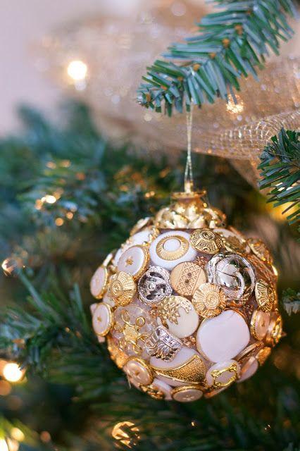 Елочные шары, украшенные пуговицами