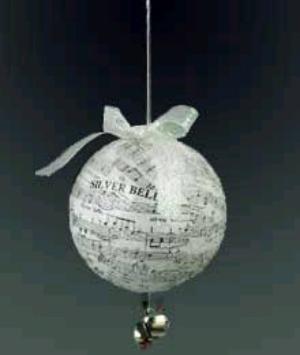 Красивый елочный шар методом декупажа из полосок нот