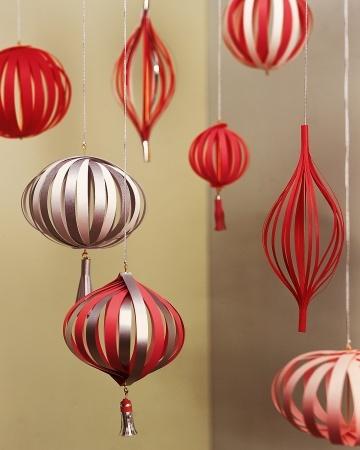 Как делать елочные игрушки своими руками: шары из полосок плотной бумаги или тонкого картона.