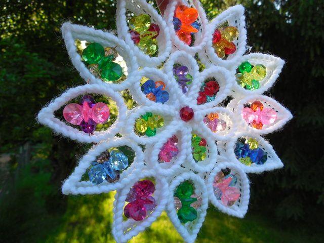 Как делать елочные игрушки своими руками: вышивка пряжей по пластиковой канве - объемные игрушки