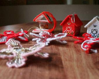 Как делать елочные игрушки своими руками: вышивка пряжей по пластиковой канве - объемные игрушки, пряничные домики