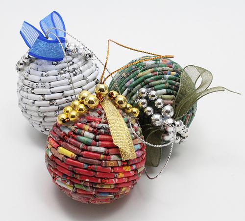 Как делать елочные игрушки своими руками: украшаем шары - шары отделаны бусинами, выполненными из бумаги с тематическими праздничными снимками