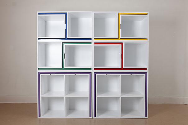 набор из достаточно большого сборного стола и четырех стульев, встроенный в книжные полки