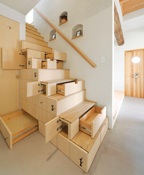 лестница с огромным количеством встроенных ящиков
