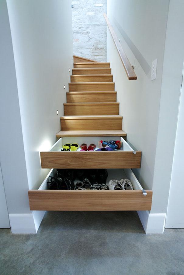 ступеньки лестницы являются встроенными выдвижными ящиками