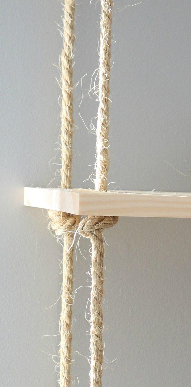 Ко всем 4-м веревкам привязываем первую полку примерно на расстоянии в 35,6 см вниз от рамы