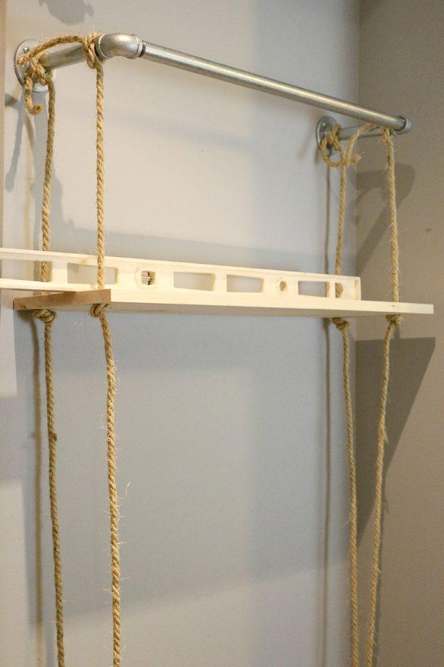используем уровень, и только после точного выравнивания полки затягиваем узлы