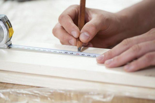 Берем одну доску и на ней рулеткой отмеряем места для 4-х отверстий для веревок, делаем метки для сверления