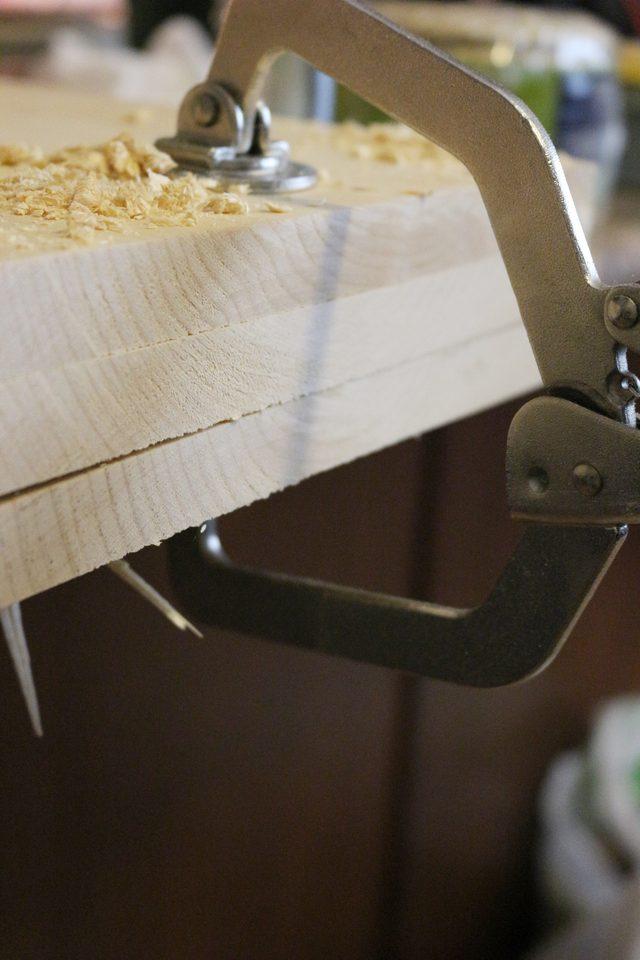Все 3 доски складываем стопкой очень ровно и скрепляем стопку тисками