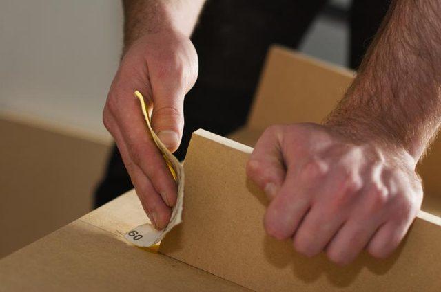 По необходимости ошкуриваем доски, особенно тщательно края