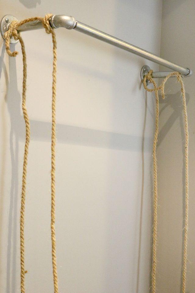 Туго и накрепко привязываем все 4 веревки на раму в соответствующих местах