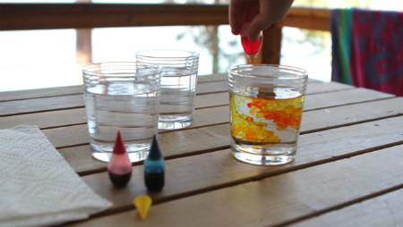 капаем пищевую краску в воду в прозрачном бокале