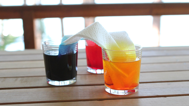 прозрачные бокалы с пищевой краской, веселые эксперименты для детей: получение третьего цвета из двух других