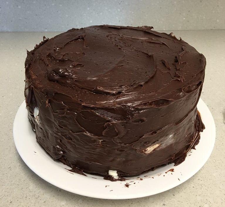 Как легко и быстро сделать шоколадный торт из Kit-Kat и M&M's