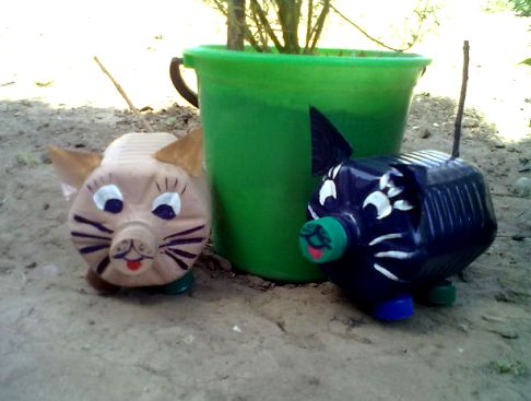 коты из пластиковых бутылок