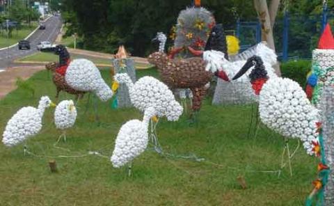 большие животные и птицы из пластиковых бутылок - журавли и цапли