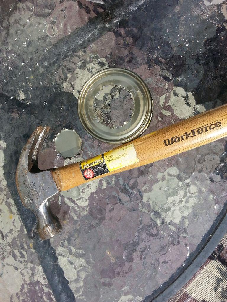 Кусачками, специальными ножницами для металла или обычными ножницами (по необходимости) удаляем середину дна консервной банки