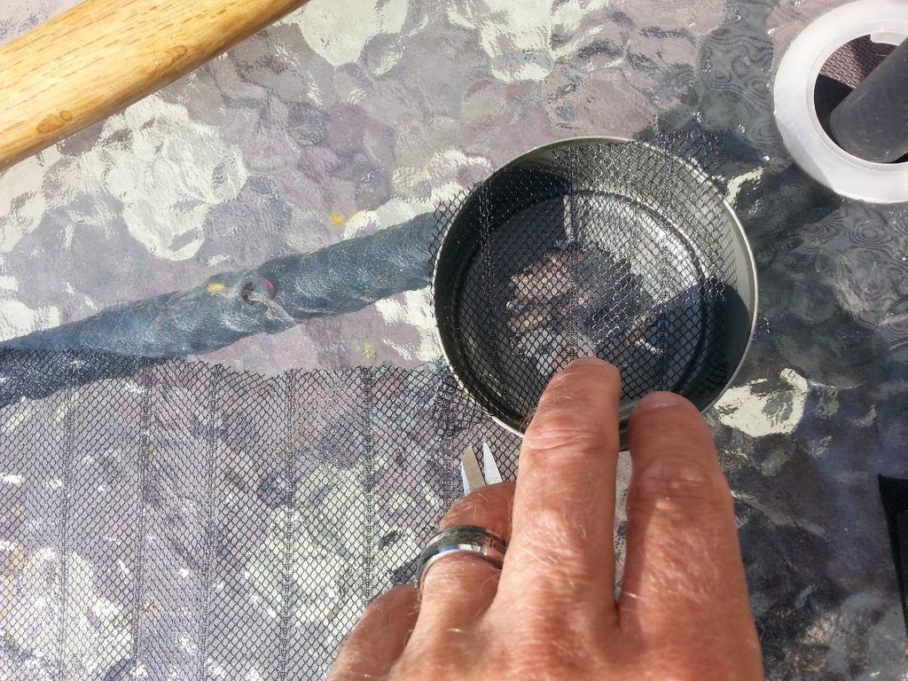 По диаметрам дна банок вырезаем из сетки 3 круга и ровно вкладываем по одному в банки