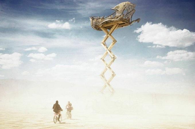 ежегодный сюрреалистический фестиваль «Горящий человек» (Burning Man): корабль в облаках
