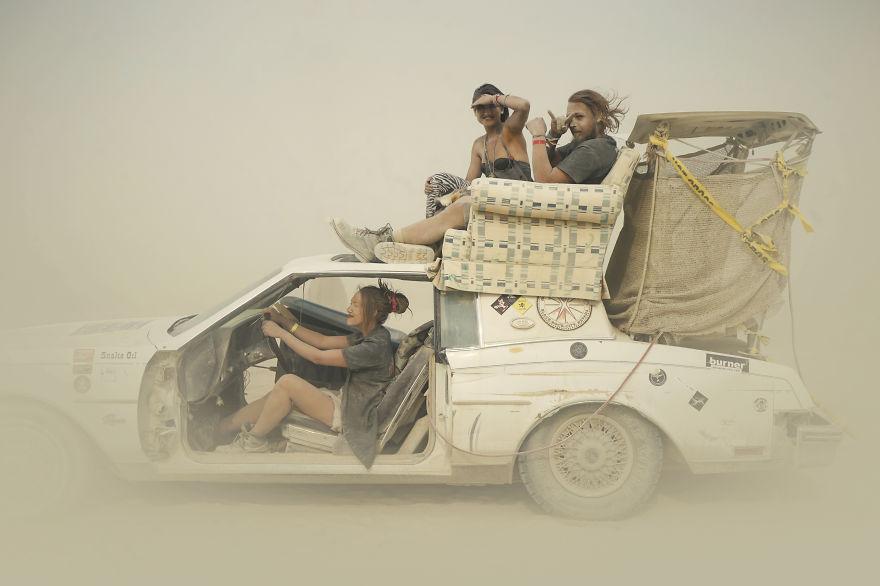 ежегодный сюрреалистический фестиваль «Горящий человек» (Burning Man): покатушки в песчаной буре в легковушке с диваном на крыше