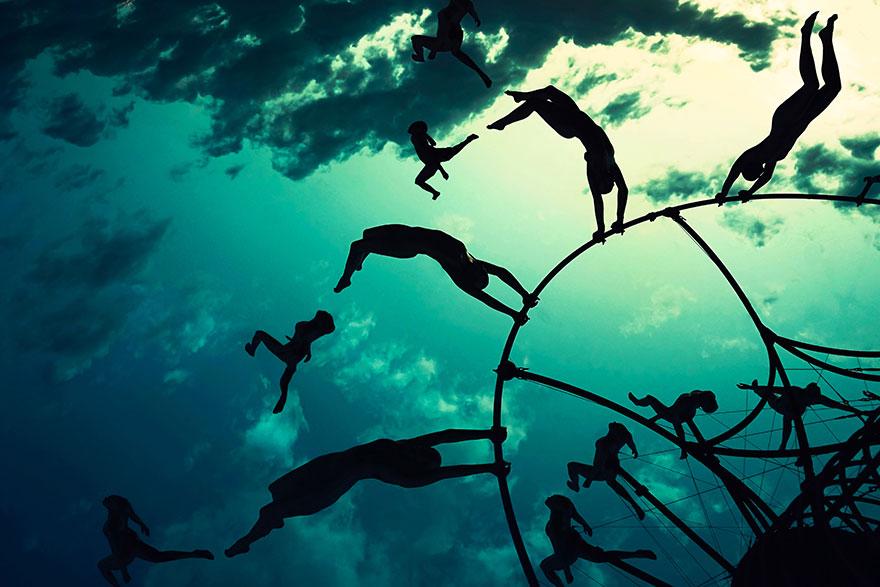 ежегодный сюрреалистический фестиваль «Горящий человек» (Burning Man): инсталляция-скульптура  с летящими людьми