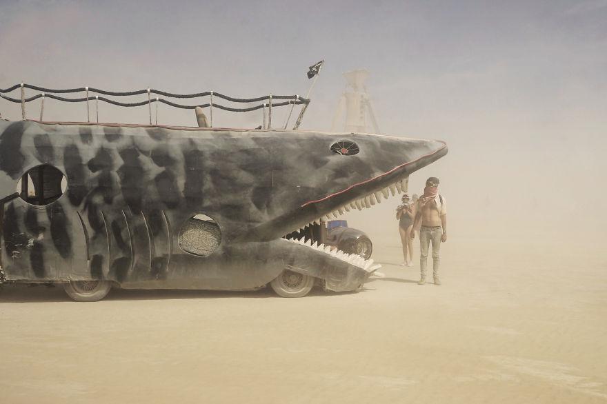 ежегодный сюрреалистический фестиваль «Горящий человек» (Burning Man): автобус-акула