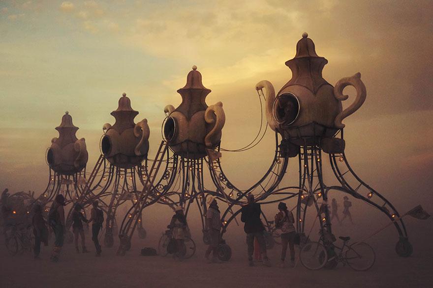 ежегодный сюрреалистический фестиваль «Горящий человек» (Burning Man): ходячие чайники