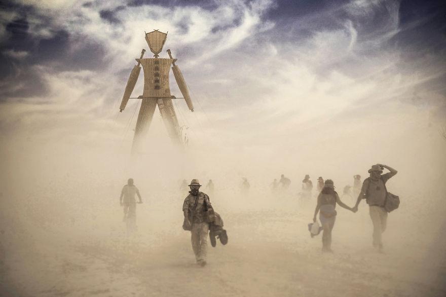 ежегодный сюрреалистический фестиваль «Горящий человек» (Burning Man): последний вечер переж ритуальным сожжением соломенного человека