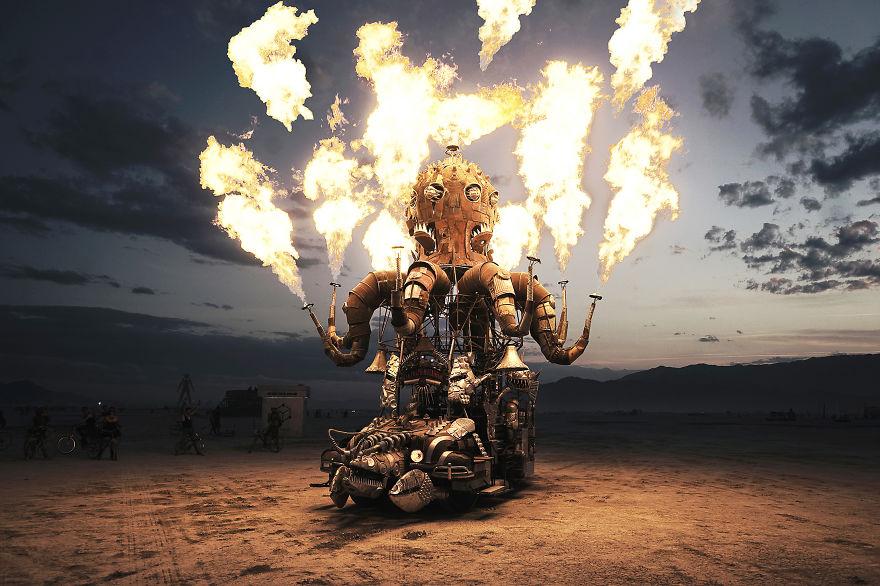 ежегодный сюрреалистический фестиваль «Горящий человек» (Burning Man): горяший автомобиль