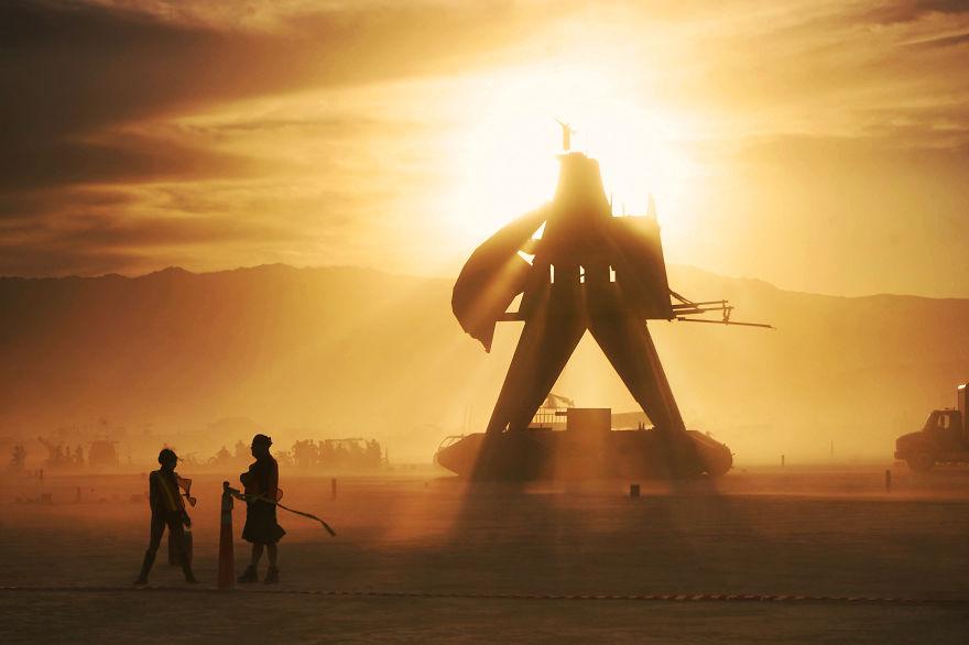 ежегодный сюрреалистический фестиваль «Горящий человек» (Burning Man): на закате