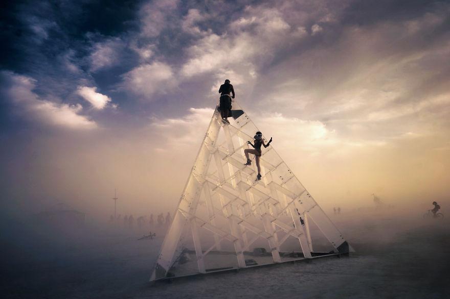 ежегодный сюрреалистический фестиваль «Горящий человек» (Burning Man): селфи на стеклянном кубе