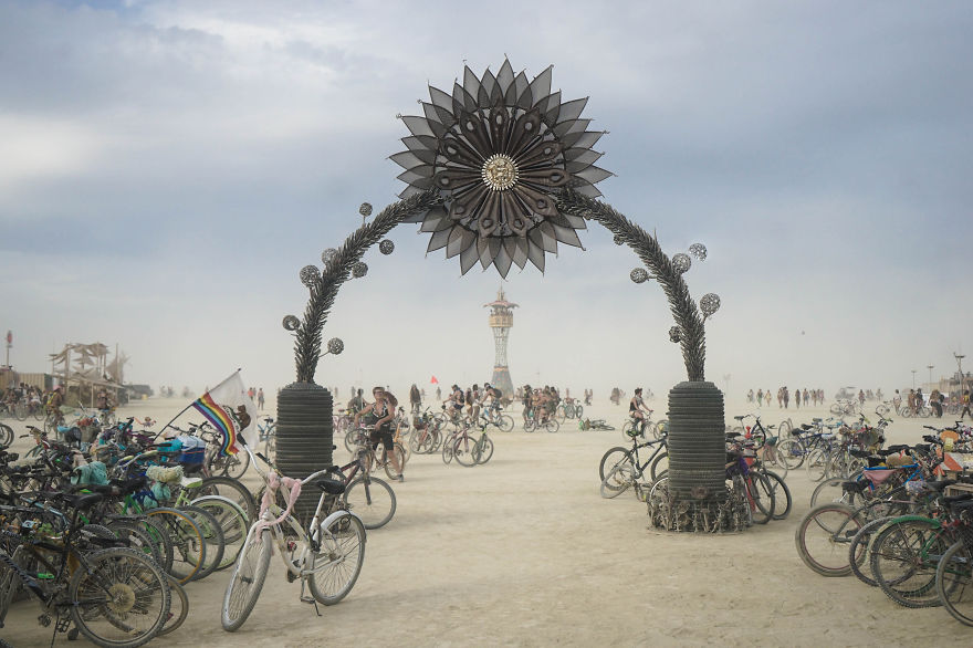 ежегодный сюрреалистический фестиваль «Горящий человек» (Burning Man): ворота в город