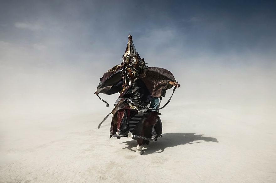 ежегодный сюрреалистический фестиваль «Горящий человек» (Burning Man): мужичок в 50-ти слоях одежды