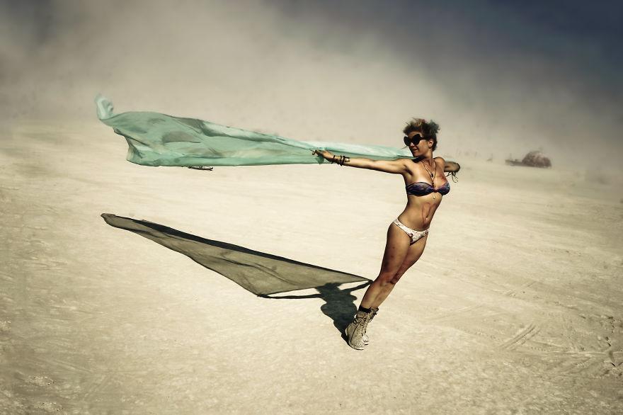 ежегодный сюрреалистический фестиваль «Горящий человек» (Burning Man): девушка с платком