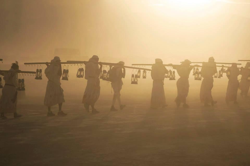 ежегодный сюрреалистический фестиваль «Горящий человек» (Burning Man): обход фонарщиков