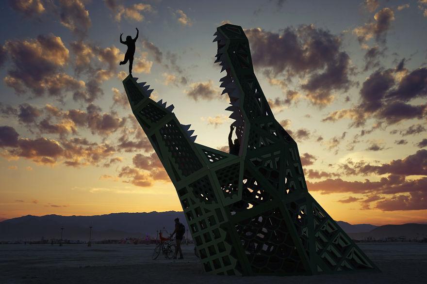 ежегодный сюрреалистический фестиваль «Горящий человек» (Burning Man): огромный крокодил